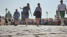 La gente camina en el pavimento en Praga almacen de metraje de vídeo