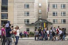 La gente camina en el Potsdamer Platz, al lado de la embajada de los E.E.U.U. fotos de archivo libres de regalías