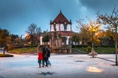 La gente camina en el santuario de nuestra señora de Sameiro cerca de Braga fotos de archivo