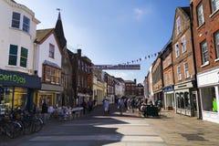 La gente camina en la calle el 12 de agosto de 2016 en Chichester, Reino Unido Foto de archivo libre de regalías