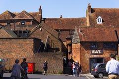 La gente camina en la calle el 12 de agosto de 2016 en Chichester, Reino Unido Imágenes de archivo libres de regalías