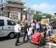 La gente camina en la calle en Chau doc., Vietnam imagenes de archivo
