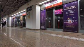 La gente camina en la estación de tren en Singapur almacen de video