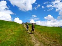 La gente camina en un campo abierto verde Imagen de archivo