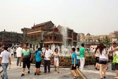 La gente camina en un cuadrado cerca de la calle de Qianmen en Pekín Foto de archivo