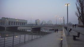 La gente camina en una orilla del río brumosa en Polonia almacen de video