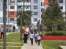 La gente camina en una zona urbana agradable Moscú, Rusia fotos de archivo libres de regalías