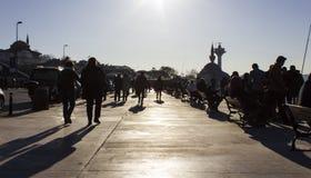 La gente camina en Uskudar Fotos de archivo