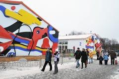 La gente camina a la pista de patinaje en el parque de Gorki en Moscú Foto de archivo libre de regalías