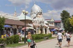 La gente camina a lo largo de la calle peatonal de Gorki en el parque U Lukomorye del agua en la ciudad de vacaciones de Evpatori foto de archivo