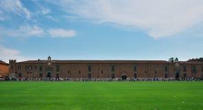 La gente camina a lo largo del museo o del delle Sinopie de Sinopie de Museo cerca de la torre de Pisa Fotos de archivo libres de regalías