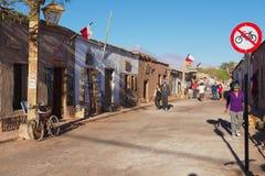 La gente camina por la calle de la ciudad de San Pedro de Atacama, Chile Fotografía de archivo libre de regalías
