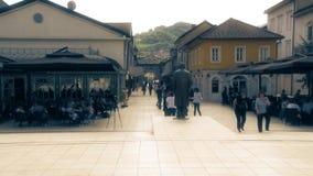 La gente camina a través del centro del pueblo metrajes
