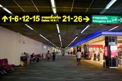 La gente camina y las compras dentro del airp del international de Don Mueang Foto de archivo