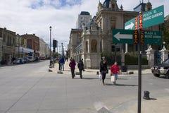La gente cammina al quadrato centrale di Punta Arens, Cile fotografia stock libera da diritti