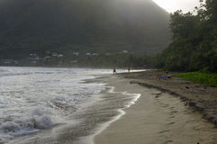 La gente cammina circa la La Diamond Beach il 31 dicembre 2016, isola della Martinica, più di meno Fotografia Stock Libera da Diritti