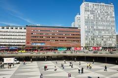 La gente cammina dal quadrato di Sergels a Stoccolma, Svezia immagini stock libere da diritti