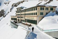 La gente cammina dal terrazzo dell'albergo di lusso di Pilatus-Kulm alla cima della montagna di Pilatus in Lucern, Svizzera Fotografia Stock