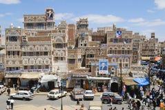 La gente cammina dalla via della città di Sanaa a Sanaa, Yemen Immagini Stock