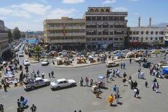 La gente cammina dalla via della città di Sanaa a Sanaa, Yemen immagine stock