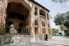 La gente cammina dopo il palazzo di Hasht-Behesht di 17 secoli nell'Iran Immagini Stock