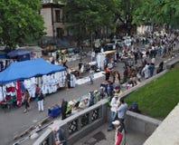 La gente cammina intorno alle tende con la via ucraina di Vladimirskaya dei ricordi Fotografie Stock Libere da Diritti