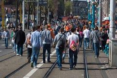 La gente cammina le vie di Amsterdam Fotografie Stock Libere da Diritti