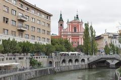 La gente cammina lungo il fiume di Ljubljanica a Transferrina, Slovenia Fotografia Stock