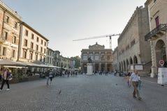 La gente cammina lungo la piazza Cavour a Rimini, Italia Immagine Stock