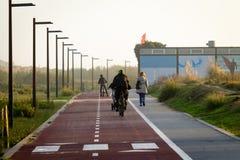 La gente cammina lungo la pista ciclabile immagine stock libera da diritti