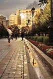 La gente cammina nel giardino di Alexanders, un hotel di quattro stagioni Fotografie Stock Libere da Diritti