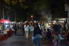 La gente cammina nel mercato del Th, via di camminata famosa di domenica in Chiang Mai, Tailandia Il mercato è Fotografia Stock