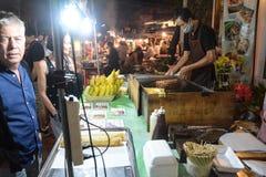 La gente cammina nel mercato del Th, via di camminata famosa di domenica in Chiang Mai, Tailandia Il mercato è Immagine Stock Libera da Diritti
