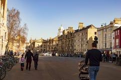 La gente cammina nella citt? di Oxford fotografia stock libera da diritti