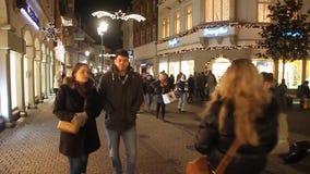 La gente cammina per la strada pedonale Hauptstrasse a Heidelberg archivi video