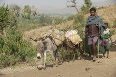 La gente cammina a piedi nudi dal percorso della campagna in Bahir Dar, Etiopia Fotografia Stock Libera da Diritti