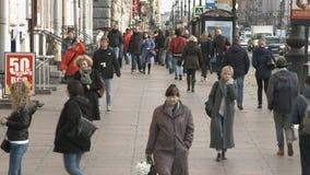 La gente cammina sul marciapiede nel centro storico della città stock footage