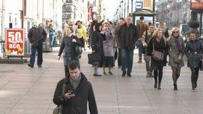 La gente cammina sul marciapiede nel centro storico della città archivi video