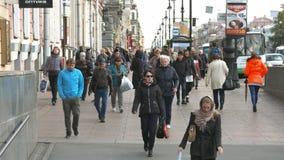 La gente cammina sul marciapiede nel centro storico della città video d archivio