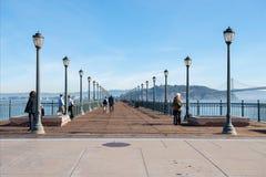 La gente cammina sul pilastro 7, San Francisco, la California Fotografie Stock Libere da Diritti