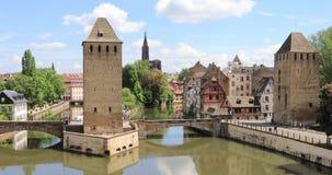 La gente cammina sul ponte di Ponts Couverts a Strasburgo, Francia video d archivio