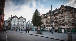 La gente cammina tranquillamente su di mercato di Basilea fotografia stock libera da diritti