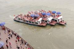 La gente cattura il traghetto, gigante Buddha di Leshan di chiamata Fotografia Stock Libera da Diritti