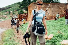 La gente caucasica bianca e la gente dell'africano nero godono della vita in un villaggio rurale fotografia stock libera da diritti