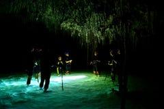 La gente in caverna del cenote con il secreto sotterraneo di Rio del sistema a acqua, Messico immagine stock