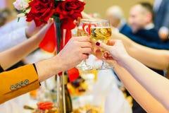 La gente celebra e produce un pane tostato con i bicchieri di vino Immagine Stock Libera da Diritti