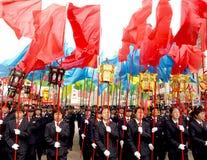 La gente celebra la parata di festival di sorgente Immagine Stock