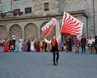 La gente celebra una festività medievale Fotografie Stock