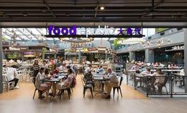 La gente cena en el centro de Tailandia en la ciudad de Bangkok, Tailandia Fotografía de archivo libre de regalías