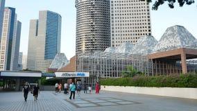 La gente cerca de milenios camina en Singapur almacen de video